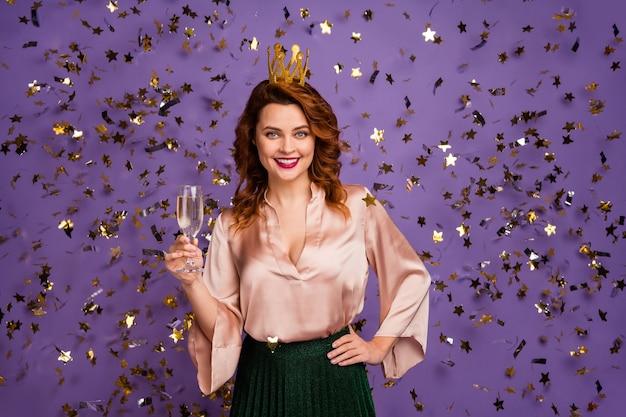 Portrait positive fröhliche mädchen bachelorette halten champagnerglas wein genießen