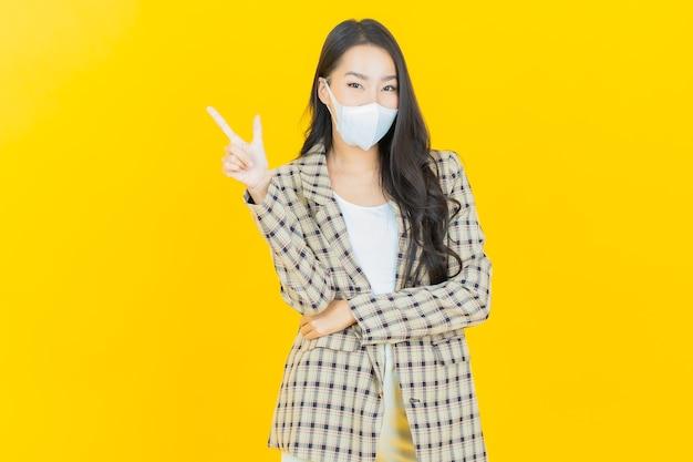 Portrait schöne junge asiatische frau mit maske zum schutz von covid19 oder virus