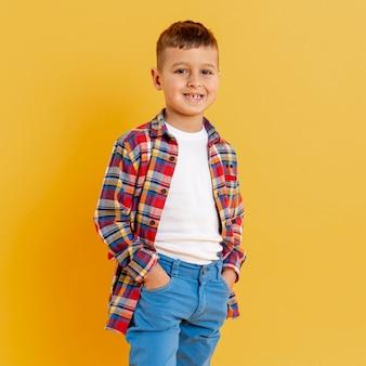 Portrait smiley kleiner junge