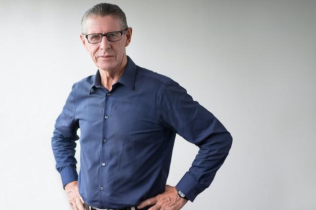 Portrait überzeugter älterer mann mit brille
