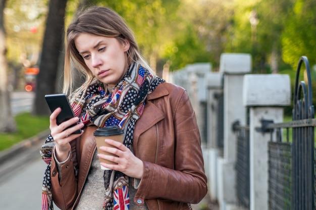 Portrait verärgert traurig, skeptisch, ernste frau reden am telefon. negative menschliche emotion gesichtsausdruck gefühl, leben reaktion.