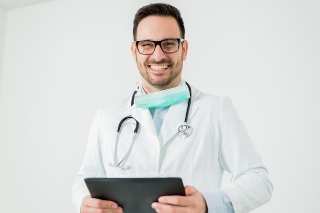 Portrait von doktor mit der tablette getrennt auf weiß