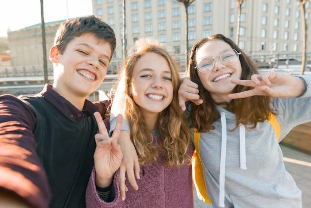Portrait von drei freunden