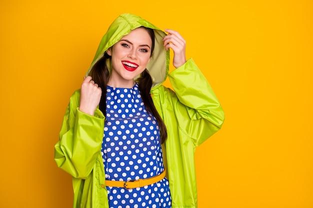 Portrait von ihr, sie ist schön attraktiv hübsch hübsch glamourös fröhlich fröhliches mädchen mit kapuze cape forest besuch isoliert hell leuchtenden leuchtenden gelben farbhintergrund