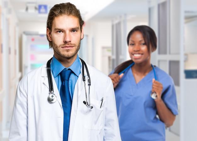 Portrait von zwei attraktiven medizinischen arbeitskräften