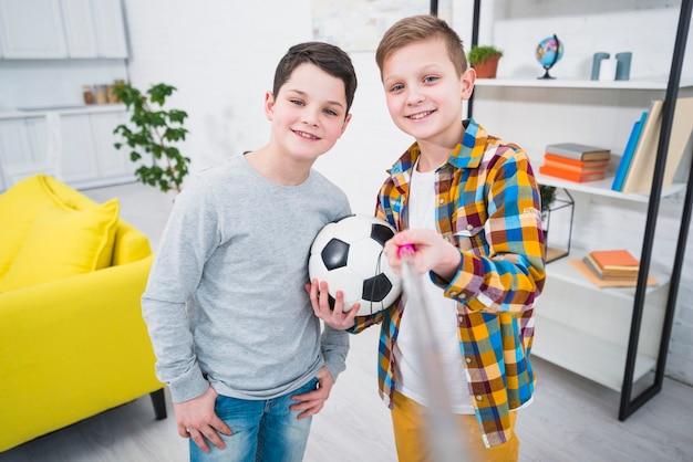 Portrait von zwei jungen zu hause