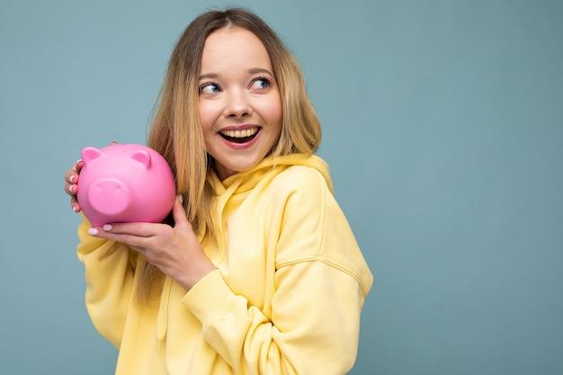 Portraitfoto der glücklichen positiven lächelnden jungen schönen attraktiven blonden frau mit aufrichtigem