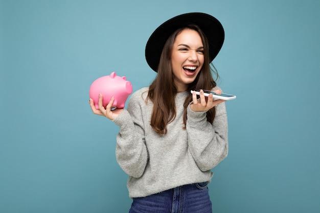 Portraitfoto der glücklichen positiven lächelnden lachenden jungen schönen brunettefrau, die stilvolles trägt