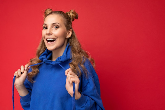 Portraitfoto der jungen faszinierenden schönen attraktiven positiven glücklichen lächelnden blonden frau mit