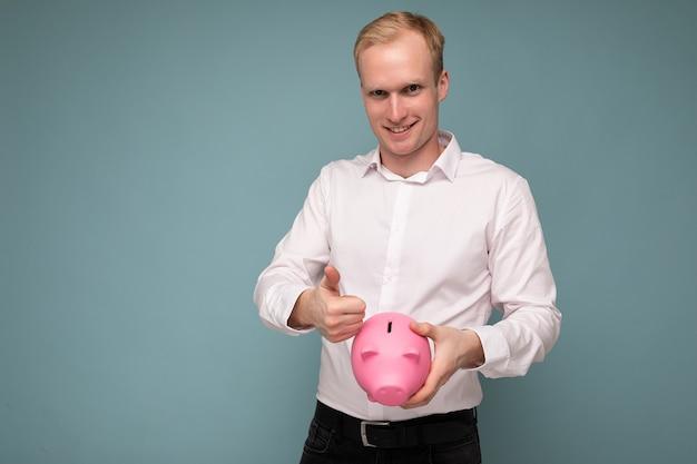 Portraitfoto eines glücklichen, positiv lächelnden jungen, gutaussehenden blonden mannes mit aufrichtigen emotionen, der trägt
