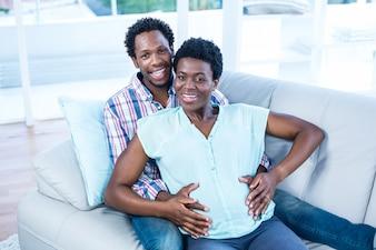 Porträt des hohen Winkels des glücklichen Paars zu Hause entspannend auf Couch