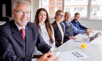 Porträt des überzeugten Geschäftsteams, das im Büro arbeitet