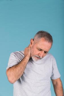 Porträt eines älteren Mannes, der Nackenschmerzen hat