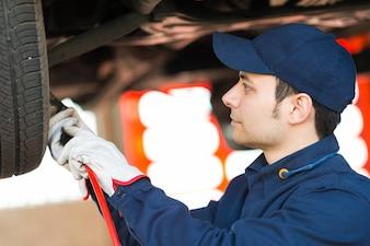 Porträt eines Mechanikers, der ein Auto repariert