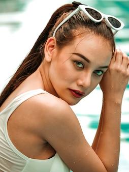 Portriat der asiatischen frau auf dem swimmingpool