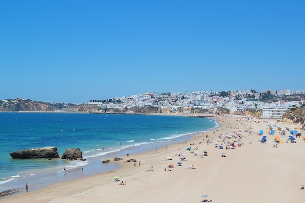 Portugiesische strandtourismus-saison. albufeira.