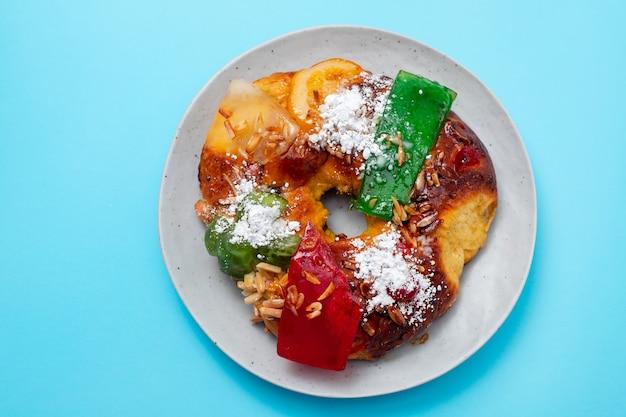 Portugiesischer weihnachtsfruchtkuchen bolo rei auf dem teller