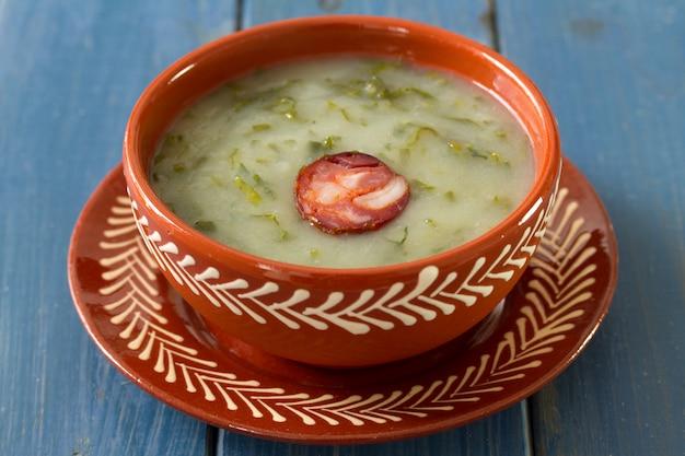 Portugiesisches suppe caldo verde im keramischen teller