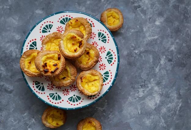 Portugiesisches vanillepuddingkuchen ist ein portugiesisches eierkuchengebäck