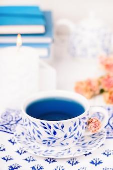Porzellantasse des organischen blauen schmetterlingserbsenblumentees