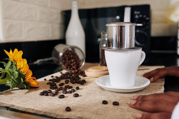 Porzellantasse und kaffeemaschine