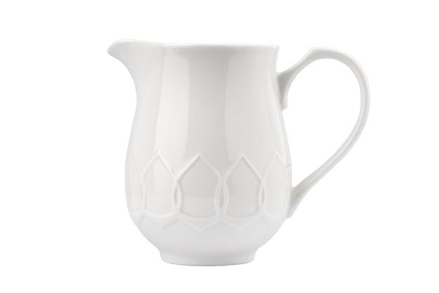 Porzellanweißer in form einer kanne mit einem griff auf weißem hintergrund isolieren