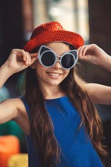 Posieren. hübsches mädchen in den brillen, die für das foto aufwerfen