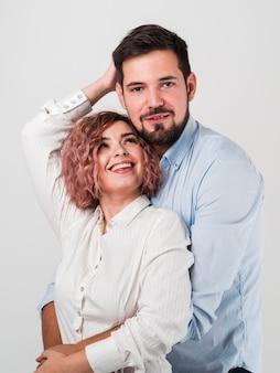 Posing paar zum valentinstag umarmt