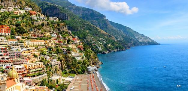 Positano, amalfiküste, kampanien, italien. panoramablick auf die altstadt am sonnigen tag