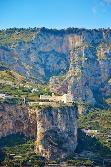Positano, amalfiküste, kampanien, italien. schöne aussicht auf positano entlang der amalfiküste in italien im sommer. morgenansicht stadtbild an der küste des mittelmeers.