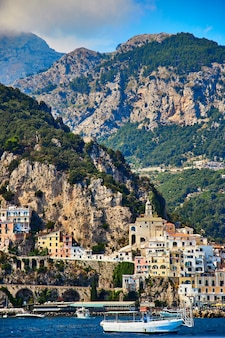 Positano, amalfiküste, kampanien, italien. schöne aussicht auf positano entlang der amalfiküste in italien im sommer. morgenansicht stadtbild auf küstenlinie des mittelmeers.