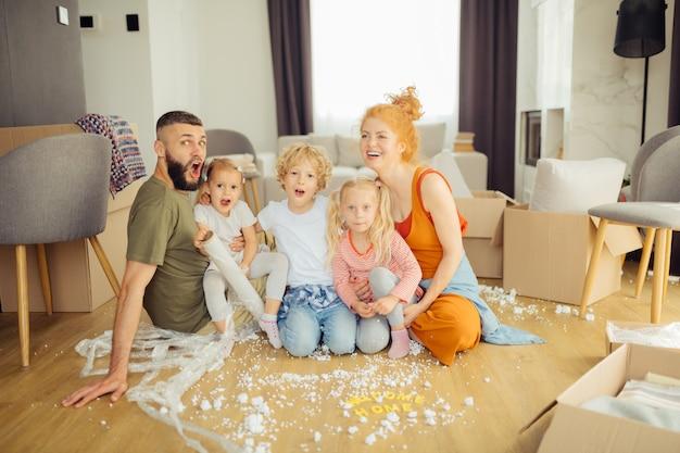 Positiv begeisterte familie zieht in ein neues haus