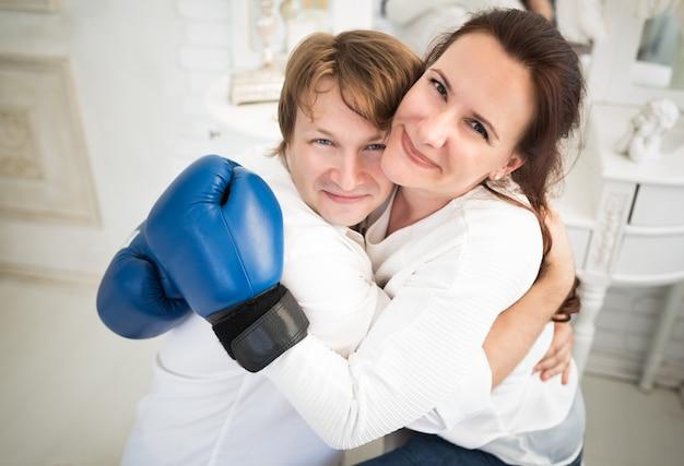 Positive charmante junge ehepaar frau brünette und blondine in boxerhandschuhen