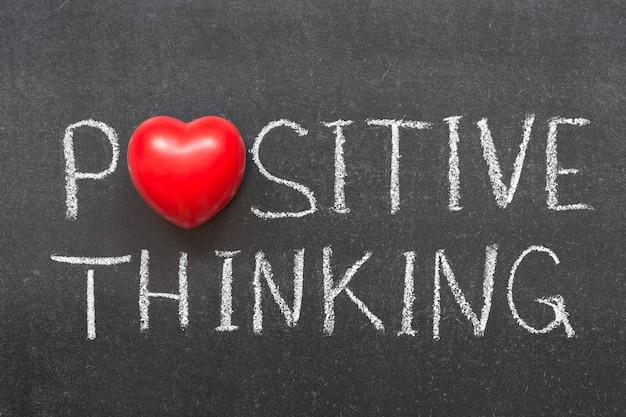 Positive denkphrase handschriftlich auf tafel mit herzsymbol statt o