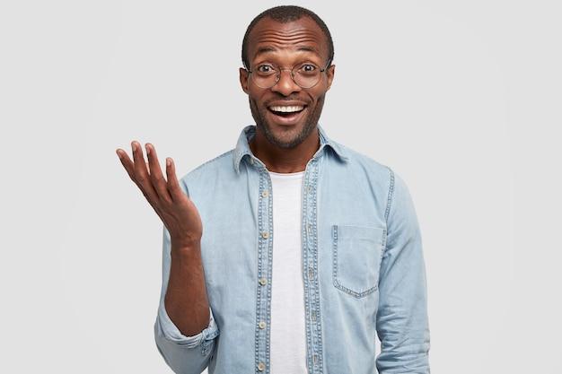 Positive dunkelhäutige afroamerikaner kichern, als sie etwas lustiges hören