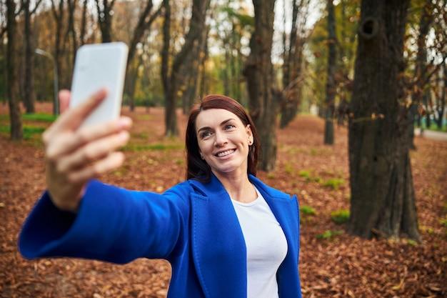 Positive erfreute weibliche person, die selfie-foto macht