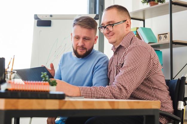 Positive erwachsene männer, die zusammen am projekt arbeiten