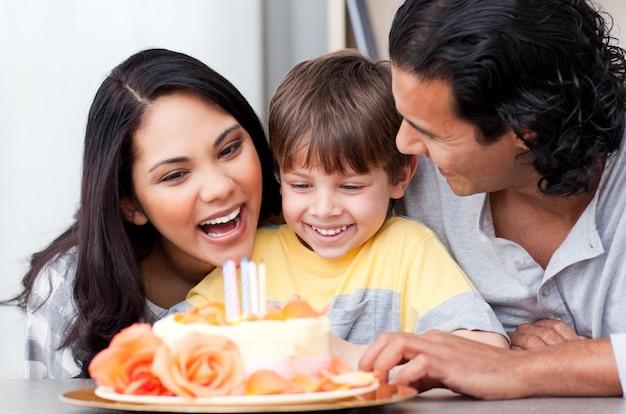 Positive familie, die zusammen einen geburtstag feiert