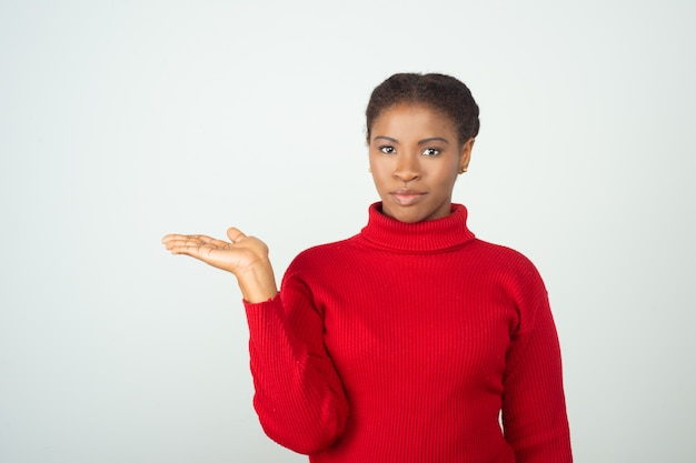 Positive frau, die roten pullover trägt