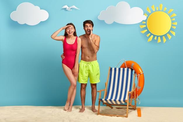 Positive frau im roten bikini hält handfläche nahe stirn