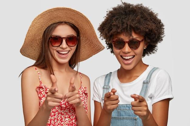 Positive frauen unterschiedlicher rasse