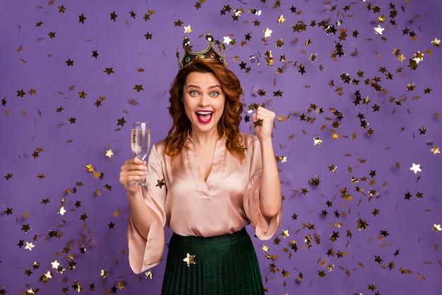 Positive freude, mädchen, junggesellenabschied, champagnerglas halten, gewinn genießen