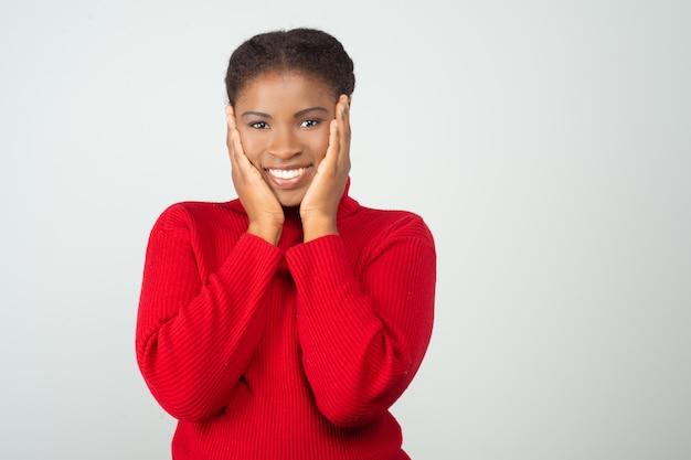 Positive freudige frau freut sich über gute nachrichten