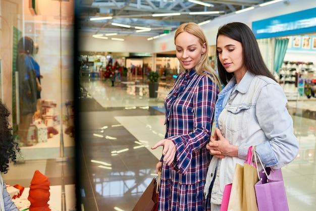 Positive freunde finden weihnachtsgeschenke im einkaufszentrum
