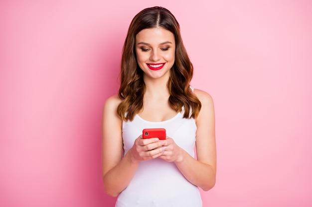 Positive fröhliche mädchen verwenden smartphone-look-bildschirm
