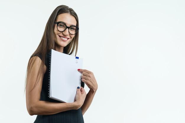 Positive geschäftsfrau, die ein sauberes weißes dokument zeigt