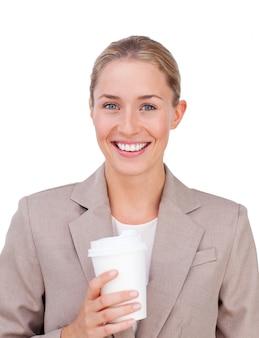 Positive geschäftsfrau, die einen kaffee trinkt