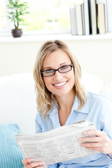 Positive geschäftsfraulesesezeitung im büro