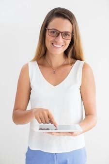 Positive junge geschäftsfrau mit digitalen tablette