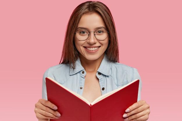 Positive kaukasische studentin in brillen